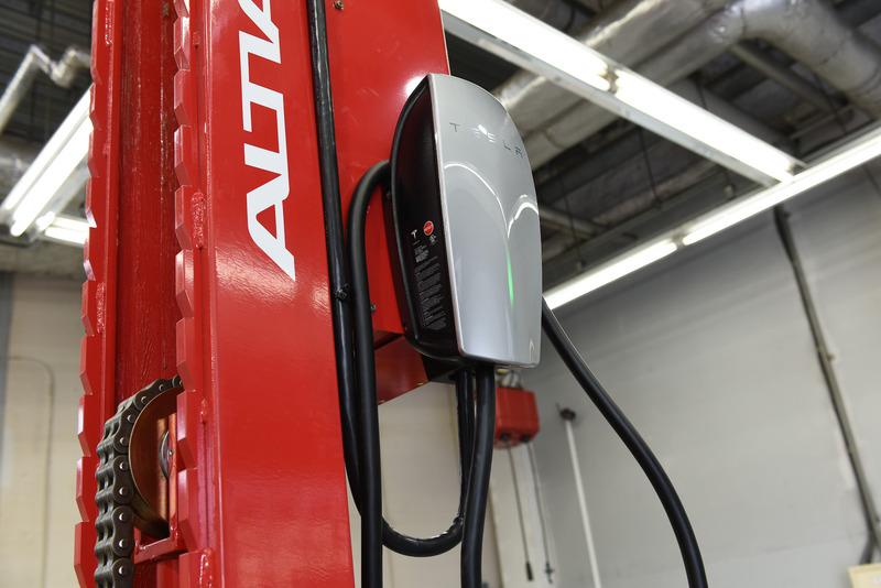 テスラ専用のピット内。バッテリーやモーターの交換といった軽整備に対応