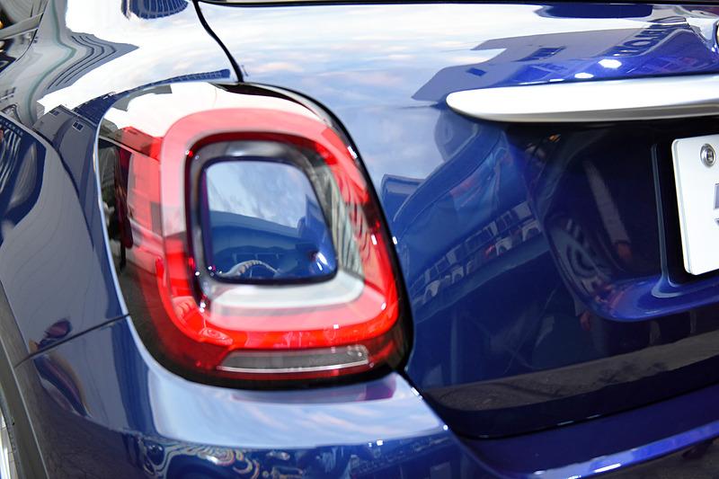 新型500Xのボディサイズは4280×1795×1610mm(全長×全幅×全高)、ホイールベースは2570mm。エクステリアでは前後バンパーなどのデザインを一新。撮影車の500X Crossでは新デザインのLEDヘッドライトなども装備する