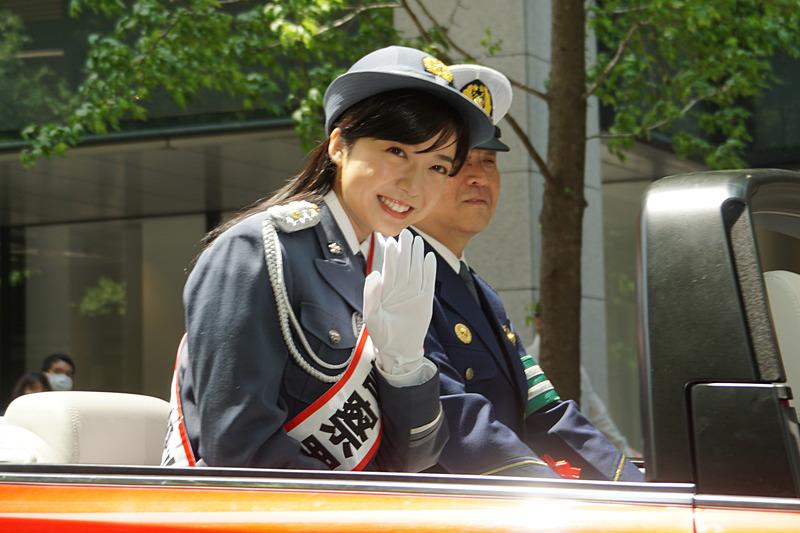 丸の内警察署の1日署長となった女優の上白石萌音さんが、赤い「アテンザ」のオープンカーに乗って交通安全パレードに参加