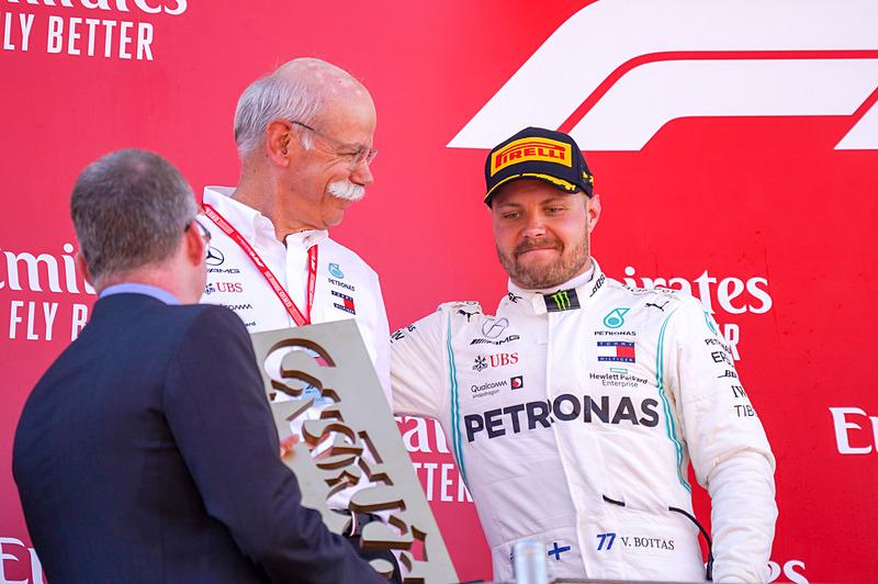 ダイムラーAG CEOのディーター・ツェッチェ氏(中央)と2位に入ったバルテリ・ボッタス選手(右)