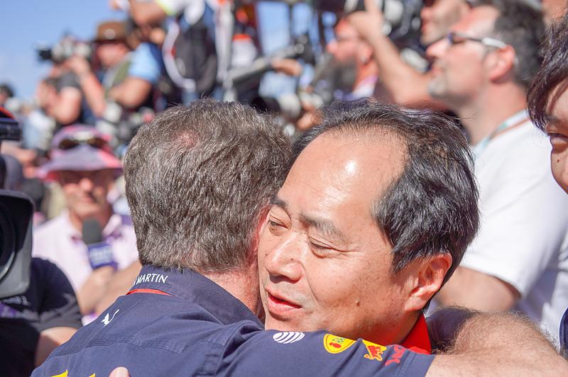 レッドブル・レーシングのクリスチャン・ホーナー代表と抱擁するホンダF1テクニカルディレクターの田辺豊治氏