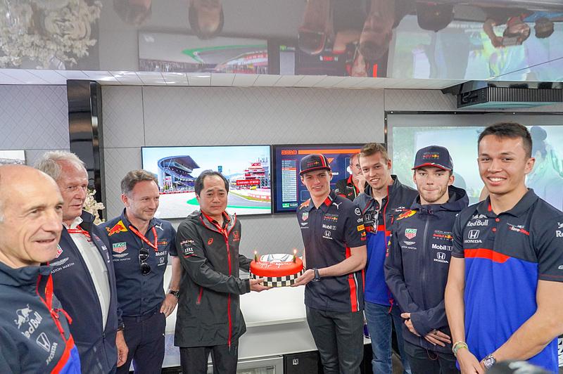 田辺氏の誕生日をレッドブル、トロロッソの首脳陣とドライバーが祝った