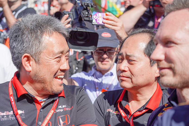ホンダの表彰台獲得を喜ぶホンダF1マネージングディレクターの山本雅史氏(左)、田辺氏(中央)、ホーナー氏(右)