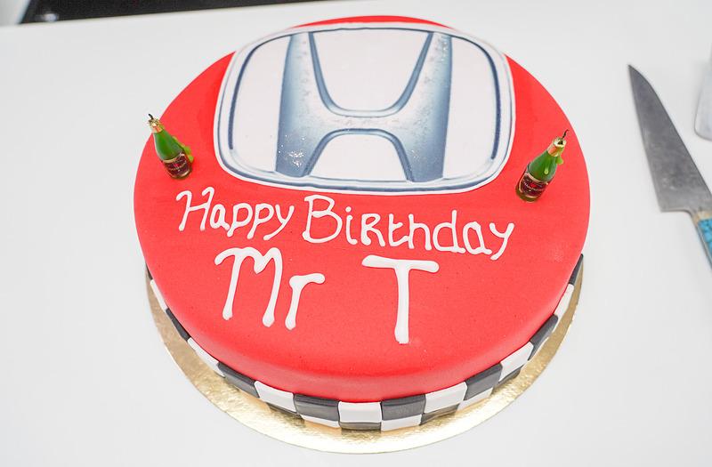 田辺氏の誕生日を祝うケーキ、レース終了後にスタッフがおいしくいただいたとのこと