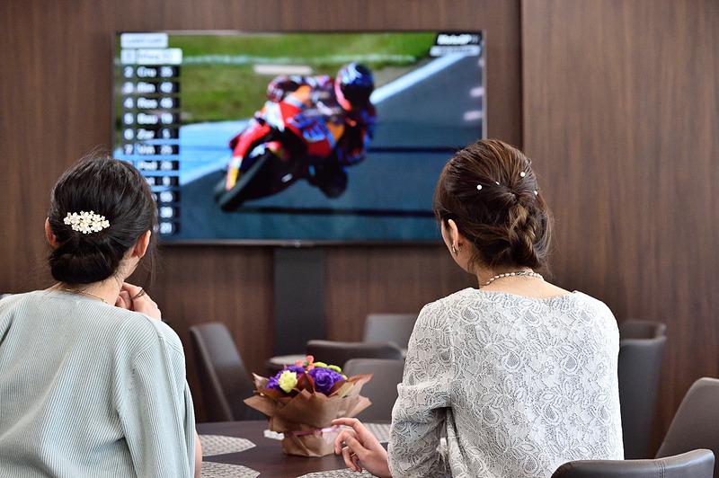 部屋の中にはいくつものモニターが並び、レース映像やタイミングモニターを見ることができる