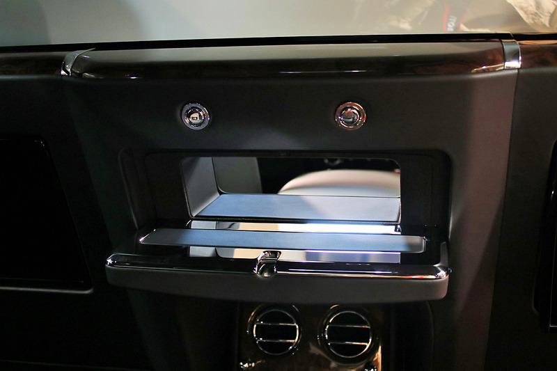 """後席と前席の空間を結ぶ""""壁の穴""""。通常は蓋で閉まっている"""