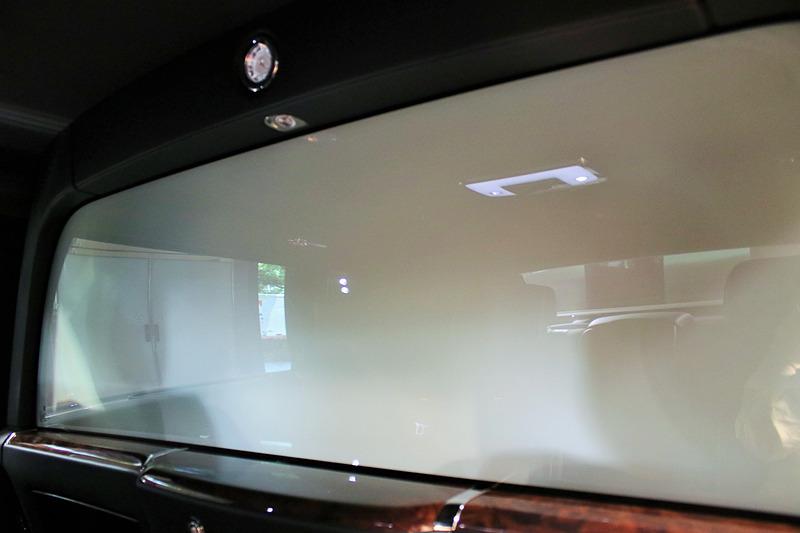 エレクトロクロマチック ガラスを不透明にしたところ。色々な映り込みは後席のもので、まったくと言っていいほど前席は見えない