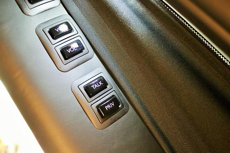 "Cピラーにあるスイッチ類。一番下の""PRIV""ボタンでエレクトロクロマチック ガラスを切り替える"