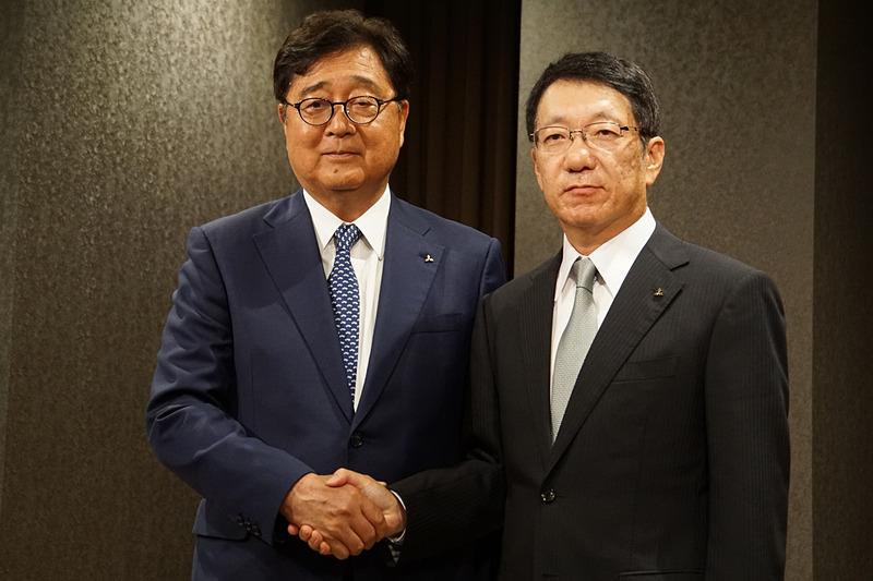 三菱自動車工業株式会社の新CEOとなる加藤隆雄氏(現PT Mitsubishi Motors Krama Yudha Indonesia 取締役社長)(写真右)と、CEOを退任して取締役会長 執行役となる益子修氏(現取締役会長 CEO)(写真左)