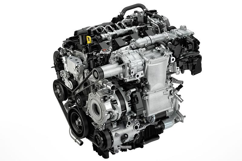 ガソリンエンジンで圧縮着火する世界初のSKYACTIV-X。詳細は未定だが、参考値として排気量は1997cc、ボア×ストロークは83.5mm×91.2mm、圧縮比は15.0となっている