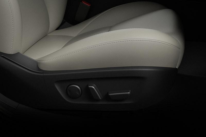 座面前側にチルト機構を持たせ、太もも部分が浮いたり圧迫されたりするのを防ぐ