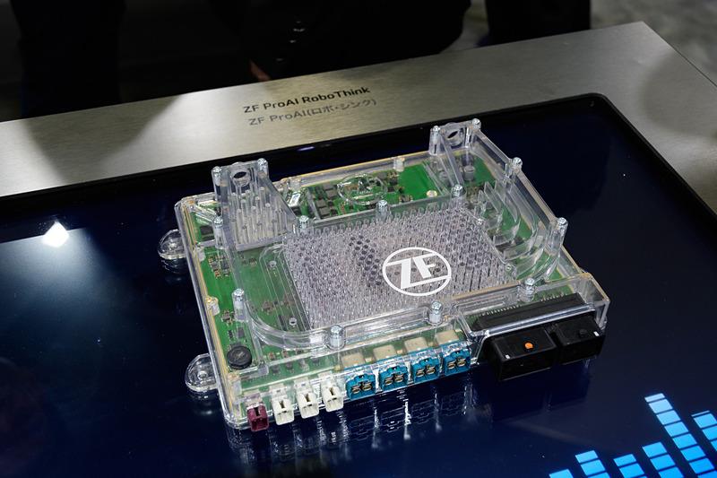レベル5向けAIユニットZF ProAI RoboThink。垂直方向にスタックして計算量を拡張できる