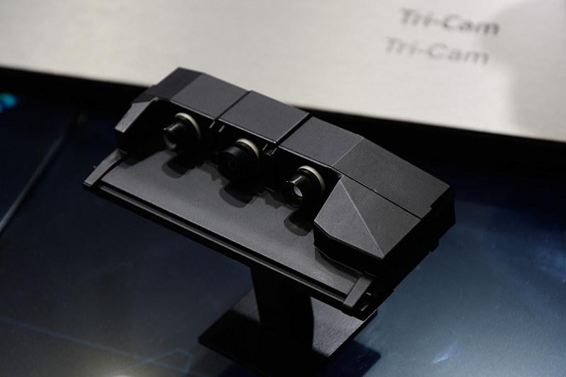ZFが展示した3眼カメラの「Tri-Cam(トライカム)」。BMWに採用され、MobileyeのEyeQ4と組み合わせてシステムを構成している