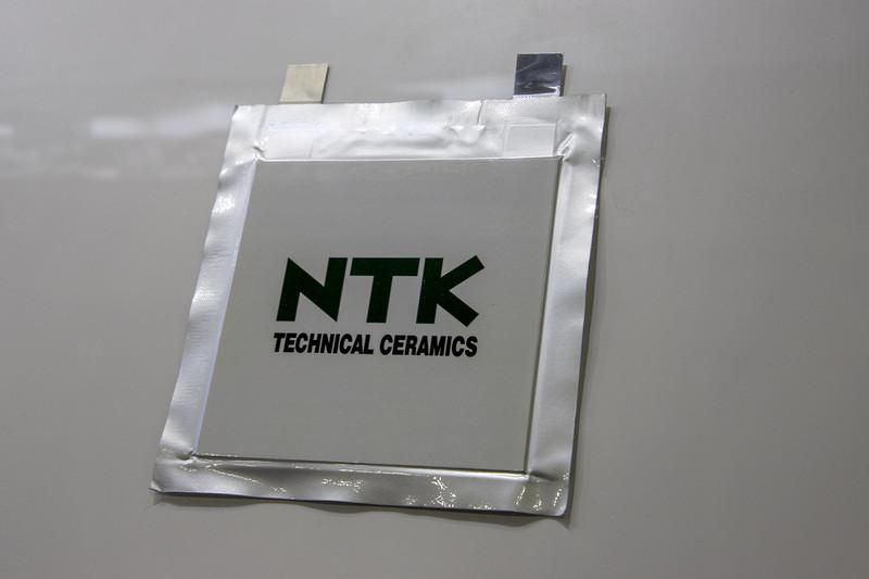 NGK/NTKブースでは全固体電池のサンプルを展示。電解液に代わりセラミックスの粉を用いたもの