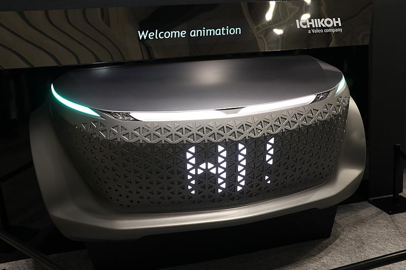 ピクセルごとの発光を切り替えることで、車両が次に行なうアクションの予告や危険の存在などを車外に人に通知する