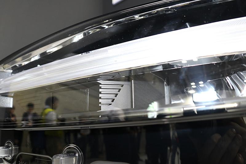 ヘッドライトユニット内にあるデイタイムランニングライトの下側にレーダーセンサーを設定