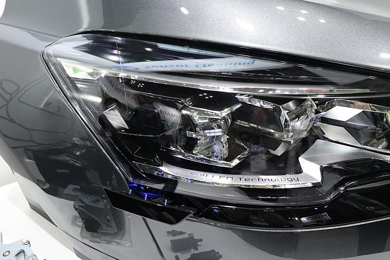 こちらはLiDERセンサーを内蔵する展示品。主に車両側面の障害物などを検知するセンサーとして設定されており、クリーニングシステムも側面側を洗浄するレイアウトとなっている