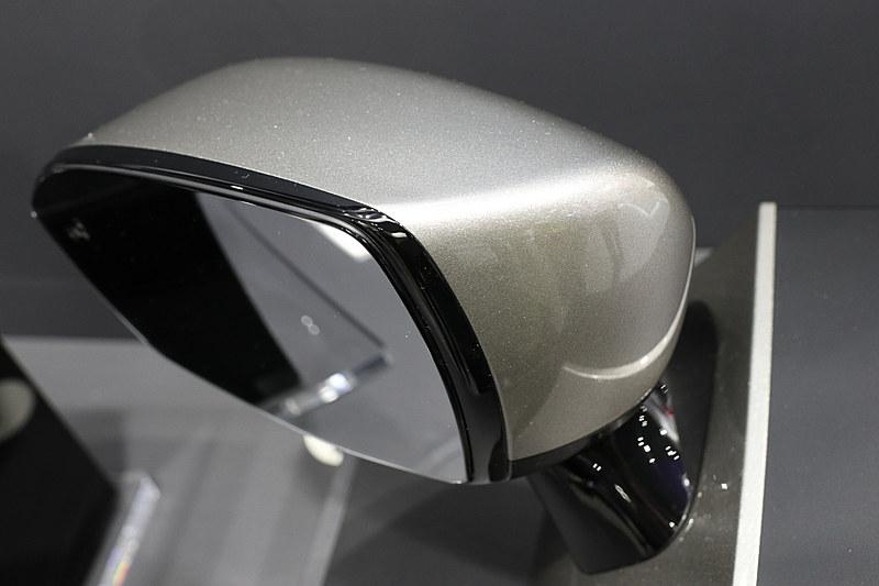 鏡面がミラーハウジングに固定され、すっきりとしたフレームレスのデザインとなっている
