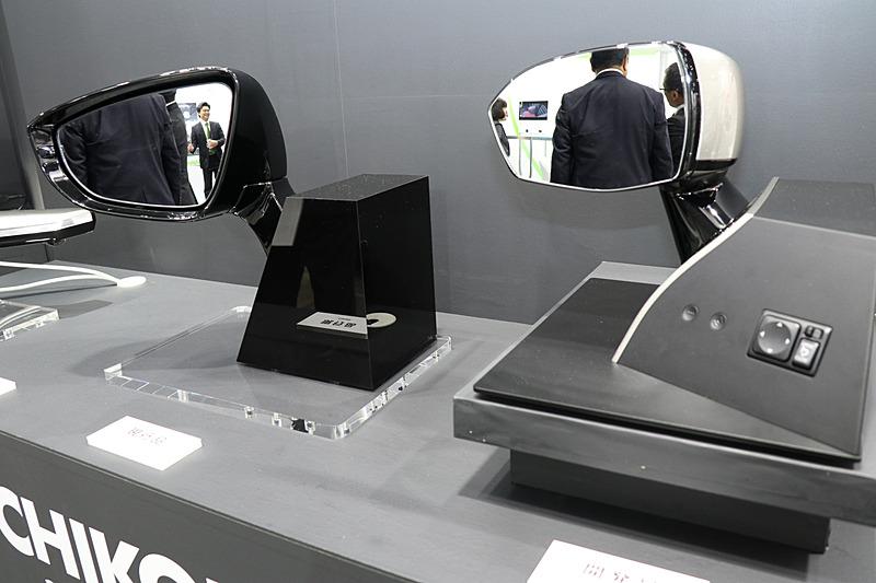 左は一般的に利用されているドアミラー。鏡面の面積は同じだが、サイズが約20%コンパクトになっている