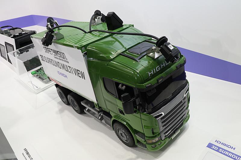 4個の小型HDカメラを車両の前後左右に固定。大型の車両に設置することも想定したロングケーブルを採用しているのも製品特長となっている