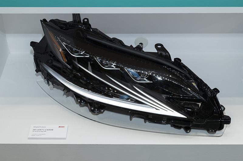 現行モデルのヘッドライトユニットも展示されていた。こちらはLEDアレイ式ADBを搭載するレクサス「LS」用