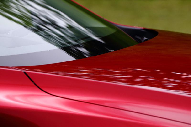 ワイパーは作動時以外は運転席から見えない位置に収まる。これも余計なノイズを減らすためだ