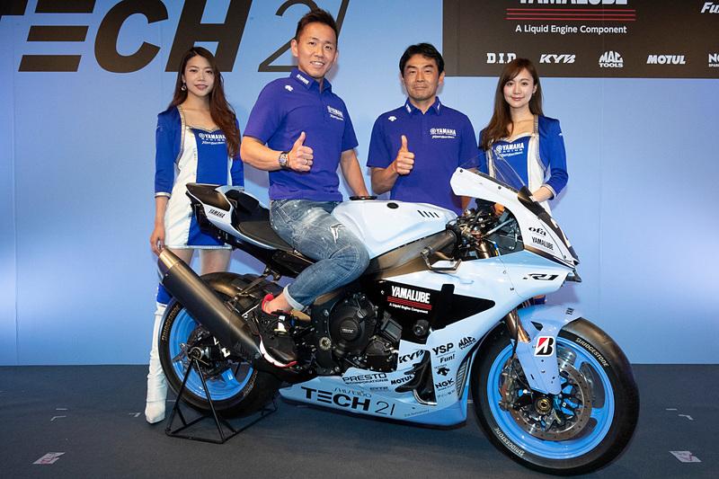 「ヤマハTECH21チーム」復刻カラーを採用した参戦マシンと「#21 YAMAHA FACTORY RACING TEAM」の中須賀克行選手(左から2番目)、吉川和多留監督(左から3番目)