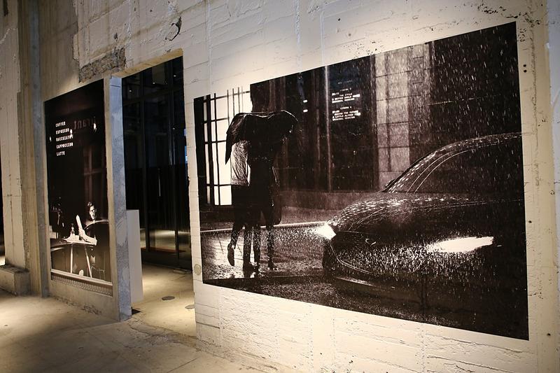 発表会開場の壁面もMAZDA3の世界観を表すデザインコンシャスな作りとなっていた
