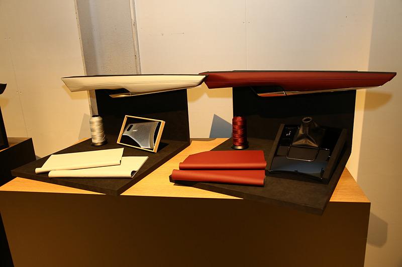 MAZDA3の内装に使われている素材や外装色のサンプルも展示
