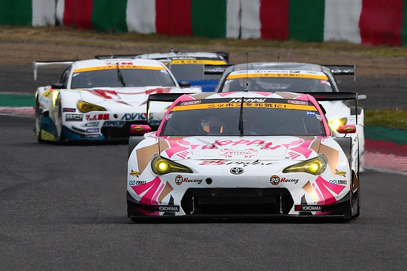 序盤は25号車 HOPPY 86 MC(松井孝允/佐藤公哉組、YH)がレースをリードした