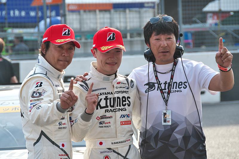 GT300クラスの優勝記念写真。影山正彦監督(右)とともに