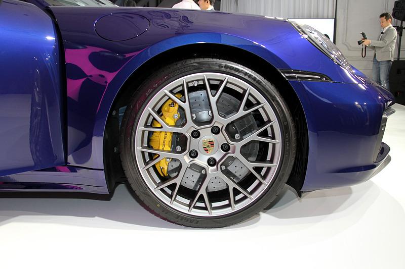 911 カレラ S、911 カレラ 4Sで異なるデザインのホイールを装着していた。ともにフロント20インチ、リア21インチのアルミホイールにグッドイヤー「EAGLE F1」(フロント:245/35ZR20、リア:305/30ZR21)を組み合わせる