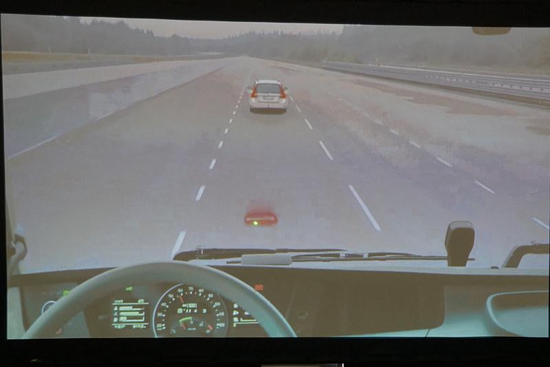 衝突の危険性が高まるとフロントウィンドウに赤い表示でドライバーに警告