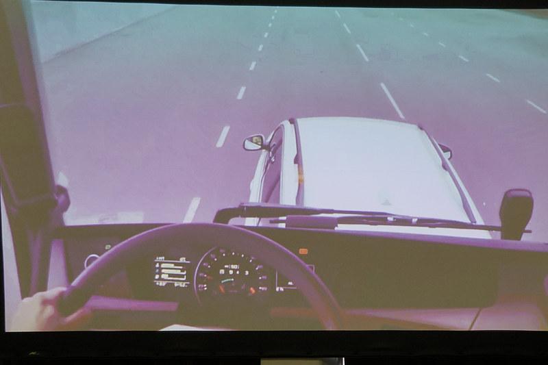 警告表示が出てもドライバーが反応しない場合、自動的にブレーキが作動する