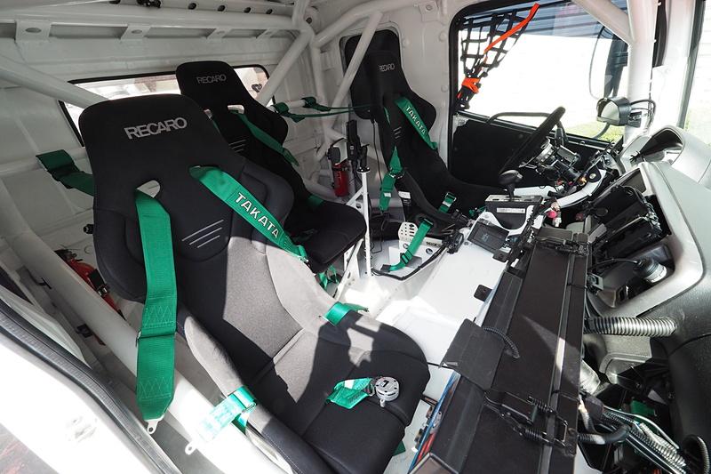 3名の乗員は中央席だけが後方となる