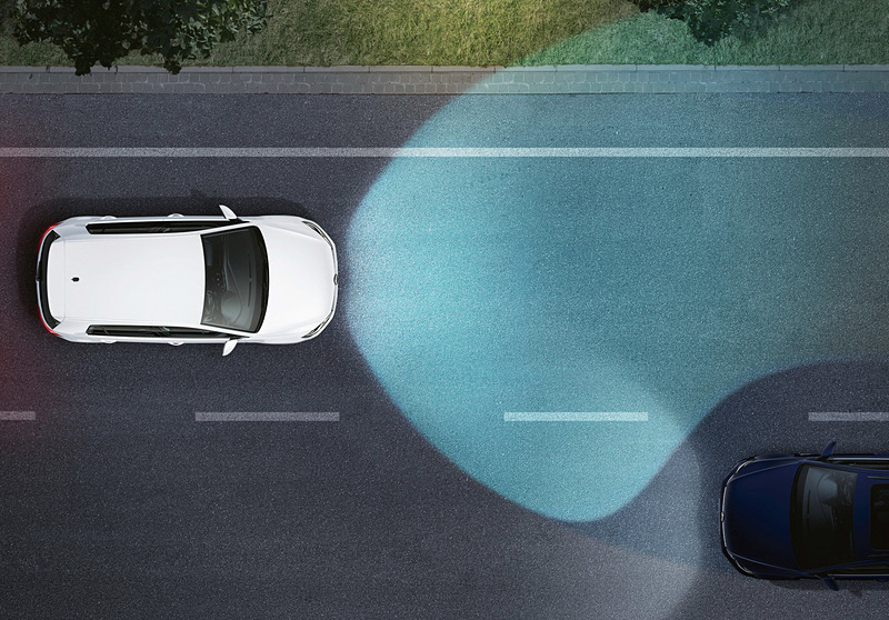 一部モデルでは、「ダイナミックコーナリングライト」(左)、「ダイナミックライトアシスト」(右)を標準装備