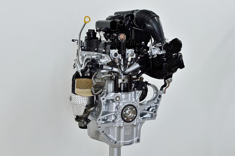 新しい自然吸気エンジン(左)と、ターボエンジン(右)。2回点火を行なうマルチスパークを日本初採用したほか、スワール噴霧など新しい機能が満載