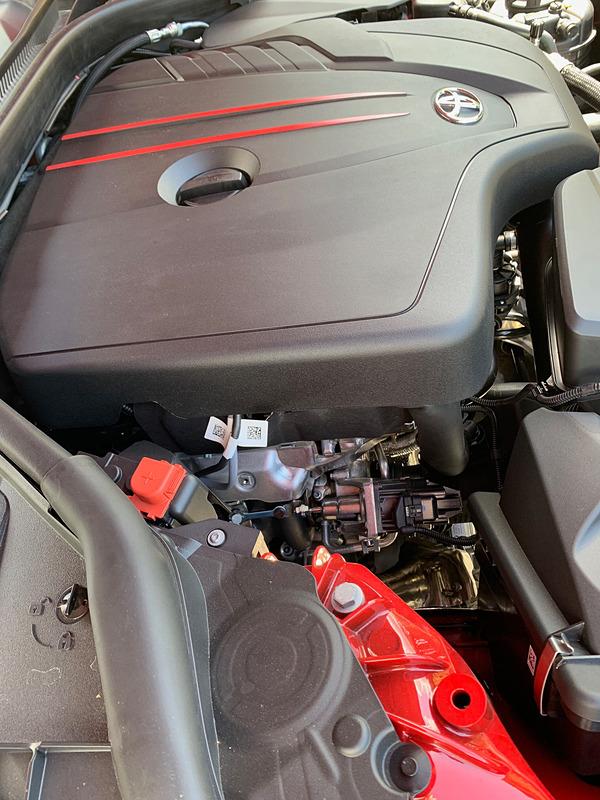 スープラの4気筒エンジン。2.0リッターの直噴ターボで、出力はSZが197PS/320Nm、SZ-Rが258PS/400Nmと異なっている。前車軸に対してエンジンが後方に置かれ、前後重量配分は50:50だ