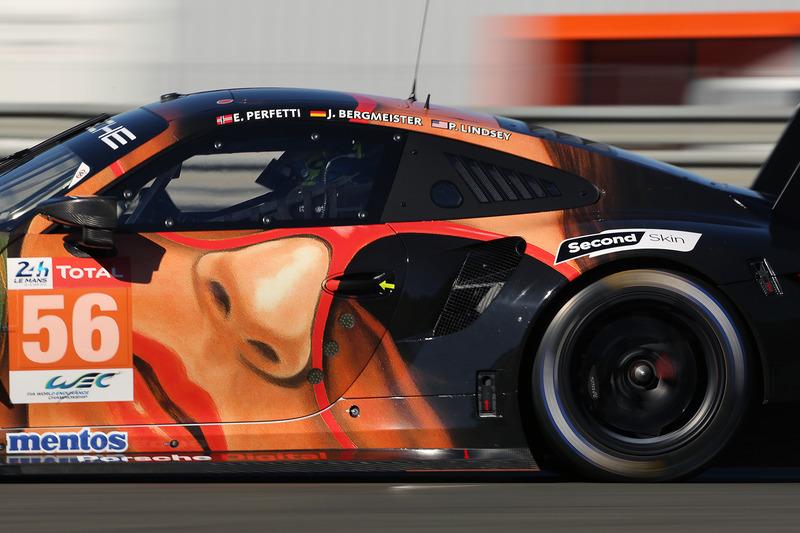 目立つデザインのTeam Project 1 のポルシェ 911 RSR