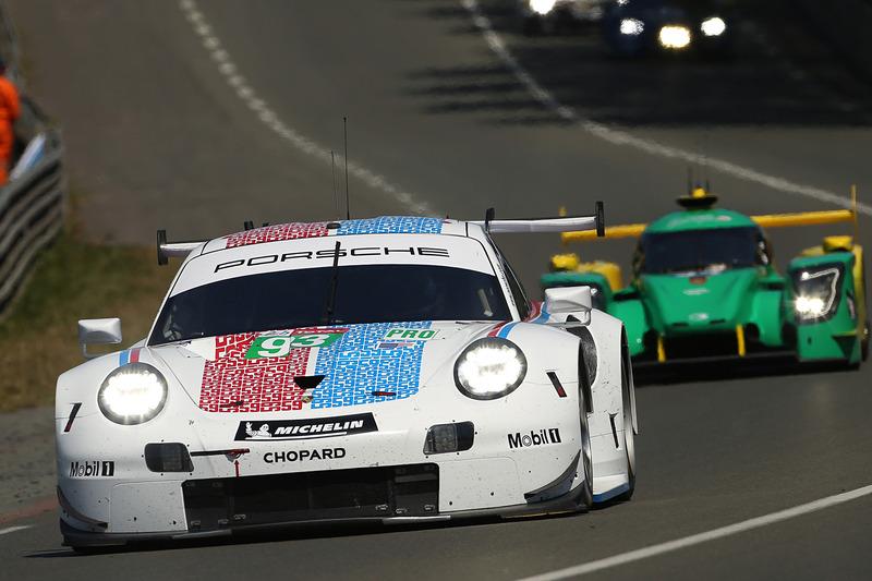 シンプルながら目立つデザインのポルシェGTチームのポルシェ 911 RSR