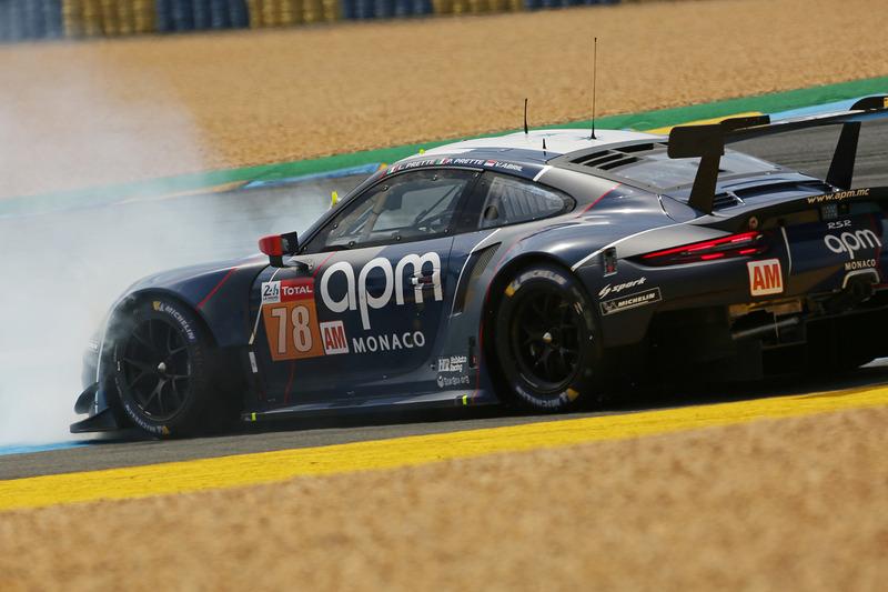 セッション後半、スピンするProton Competitionのポルシェ 911 RSR