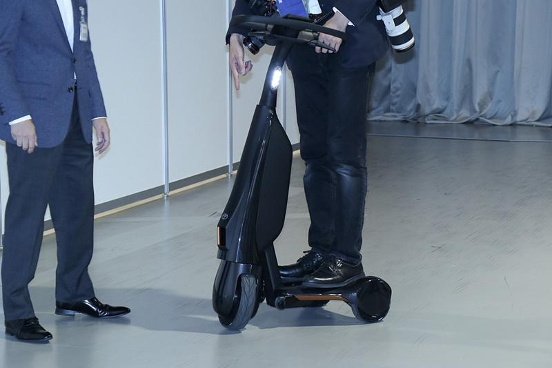 旋回は体重移動などではなく、自転車などと同様にハンドル操作で行なう