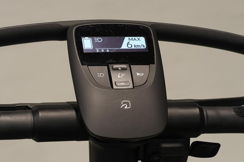 ハンドル中央にメーターを設定。FeliCaポートにカードキーをかざして起動する