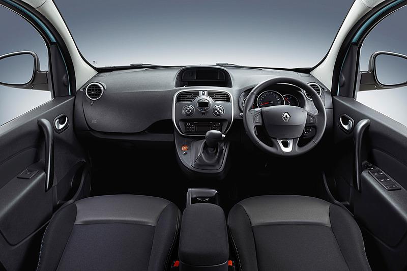 展示車の車内は撮影できなかったが、ベース車と同じブラックの内装となる