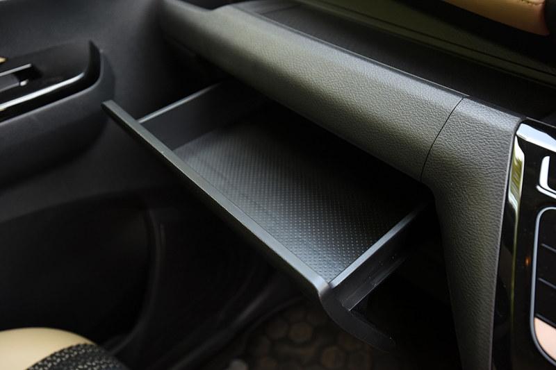 インパネ両サイドのエアコン吹き出し口前に設定される、エアコンの風を当てられるようにしたカップホルダー、助手席前方の引き出しティッシュBOX、センタートレイ、センターカップホルダー、センターBOXなど、多数の収納スペースを用意