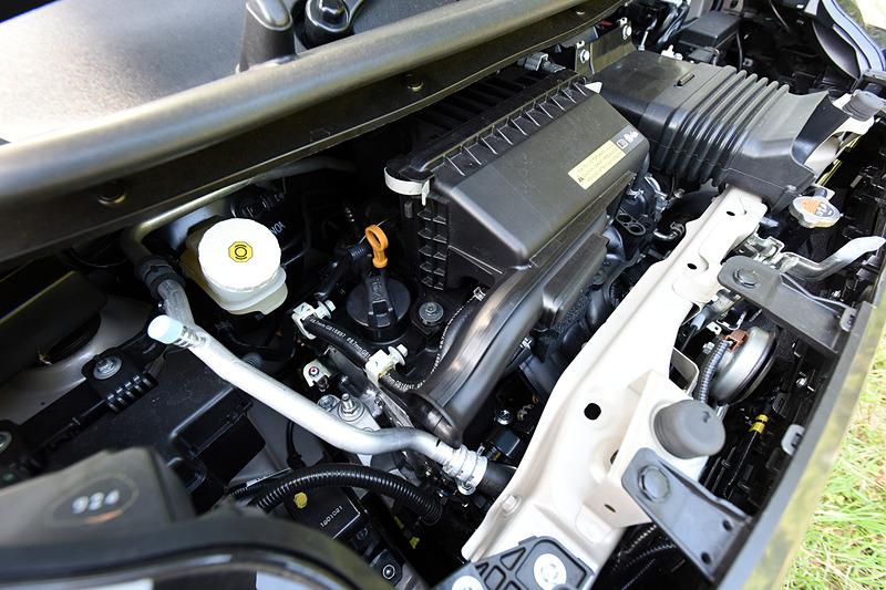直列3気筒DOHC 0.66リッターターボ「BR06」型エンジンは最高出力47kW(64PS)/5600rpm、最大トルク100Nm(10.2kgfm)/2400-4000rpmを発生。eKクロスは全車で「SM21」型モーターとリチウムイオン電池を採用する「HYBRIDシステム」を採用しており、モーターは最高出力2.0kW(2.7PS)/1200rpm、最大トルク40Nm(4.1kgfm)/100rpmを発生