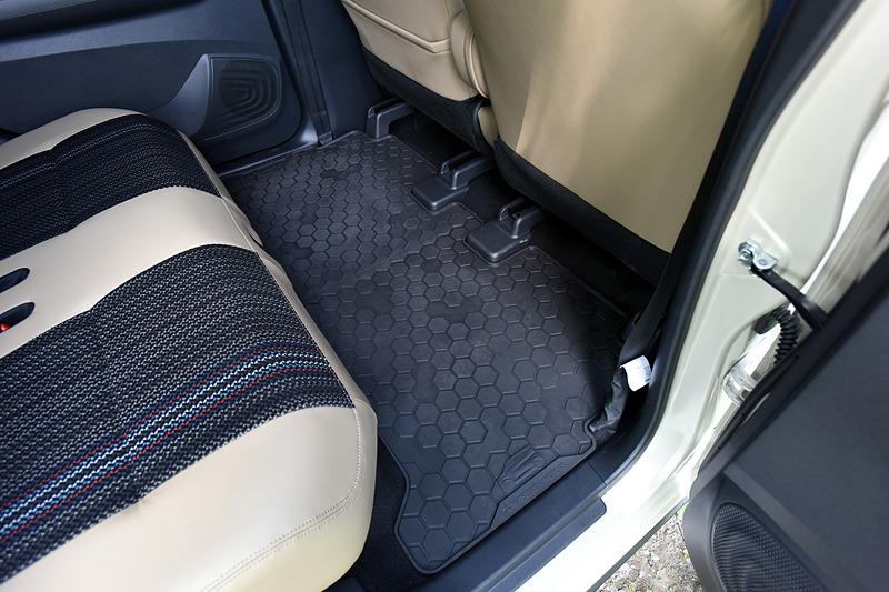 撮影車のインテリアではオプション設定の「プレミアムインテリアパッケージ」(5万4000円高)を装備。ブラック&タンの内装色は上質感のあるもので、シート生地は合皮とファブリックのコンビネーションタイプ。アウトドアを楽しむユーザーなどにはオールウェザータイプのマットも嬉しい設定