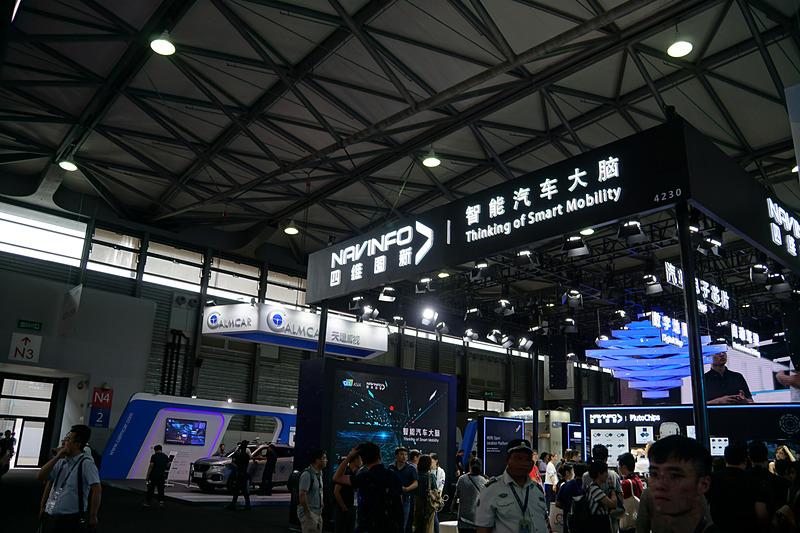 自動車技術を展示するホールには新興自動車メーカーも数多く出展する