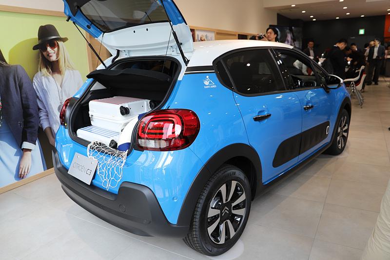 こちらは「コバルト ブルー」のボディカラー。ラゲッジには爽やかな青によく似合う、マリンテイストのアイテムを搭載