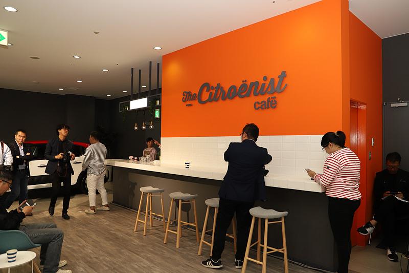 シトロエン中央ショールームに設置された日本初、世界で2か所目となる「ザ・シトロエニストカフェ」。コーヒーや紅茶、緑茶などを提供する。近くには子供が遊べるようなスペースも